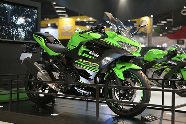 Qual o desempenho da moto Kawasaki Ninja 400?