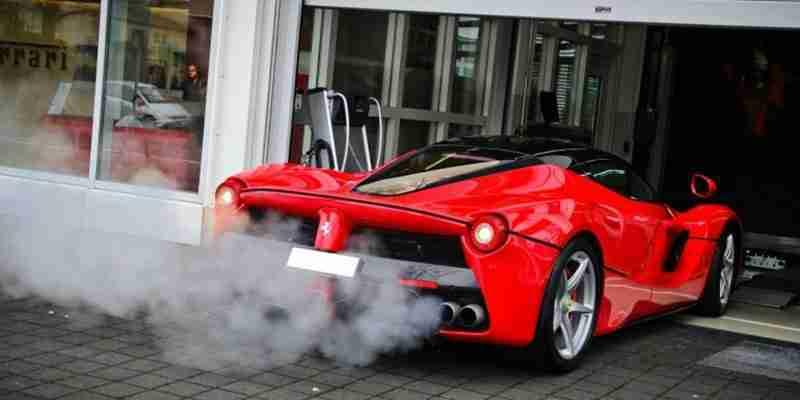 O que a cor da fumaça pode falar sobre o seu carro?