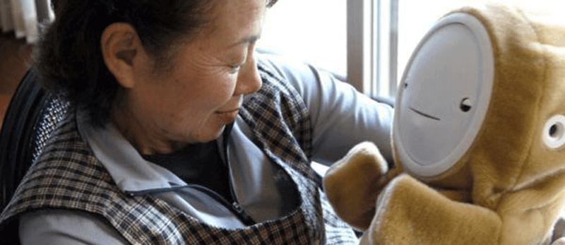 """Japão cria """"bebê robô"""" para idoso"""